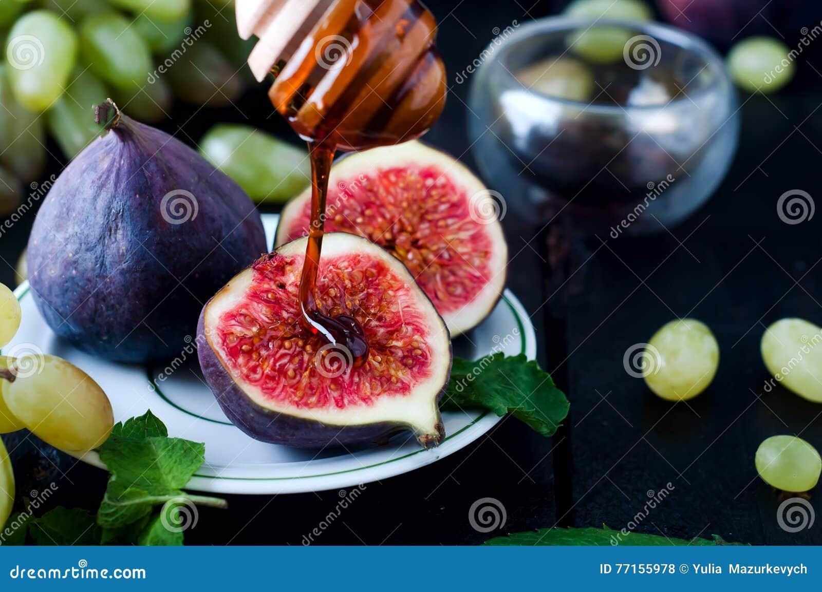 Figues et miel sur le fond en bois de table