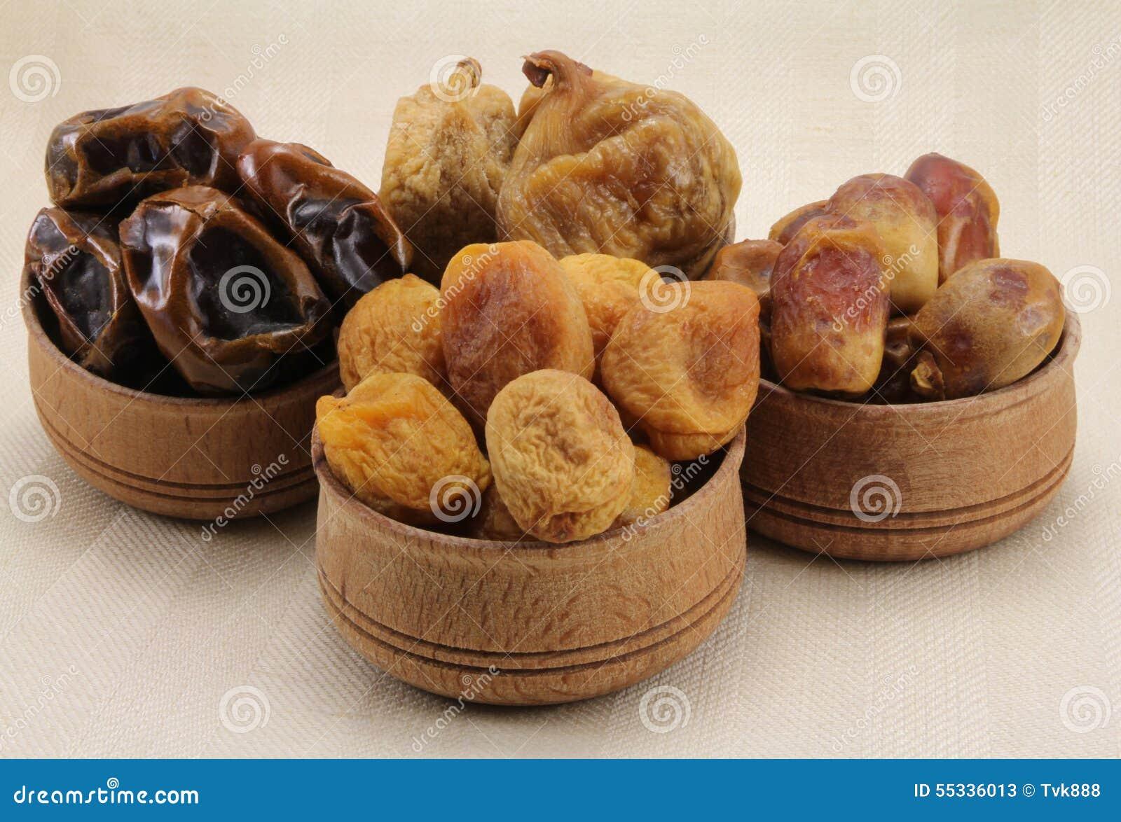 Figues sèches, dates, abricots secs dans une forme circulaire en bois