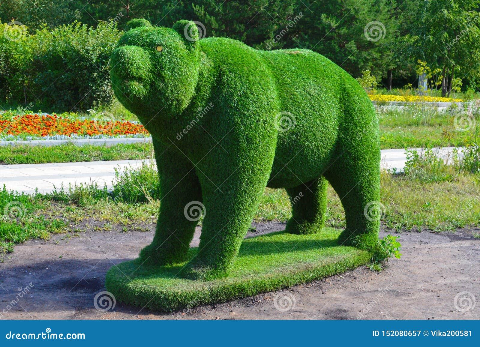 Figura del oso de la hierba verde