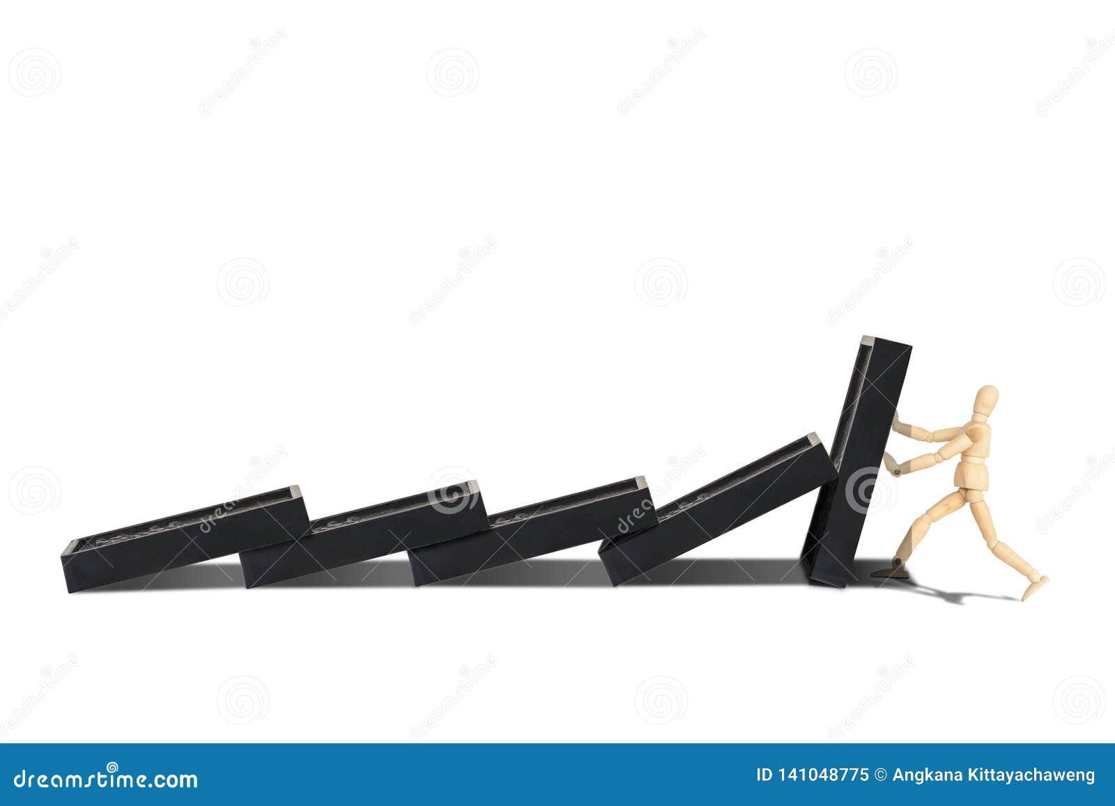 Figura di legno manichino proteggere fila dei domino che vengono a mancare isolata su fondo bianco