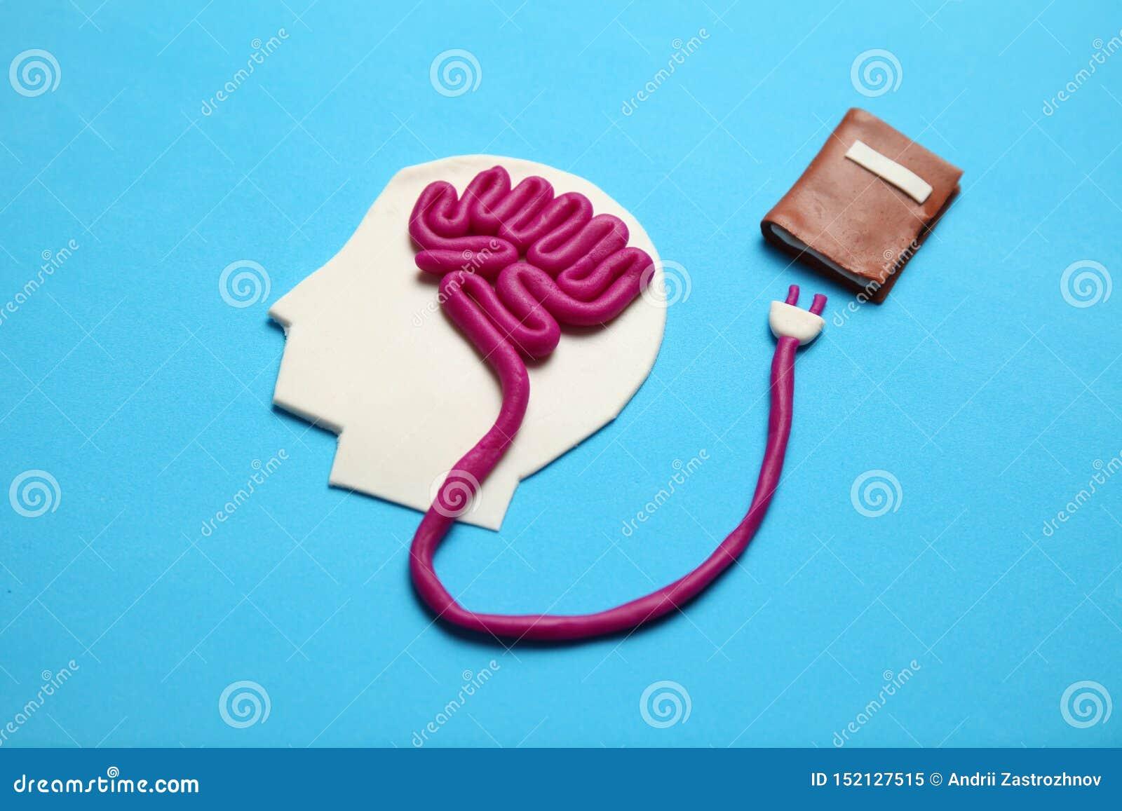 Figura do homem com c?rebro e do livro para aprender Aptid?o para a mente, auto-desenvolvimento