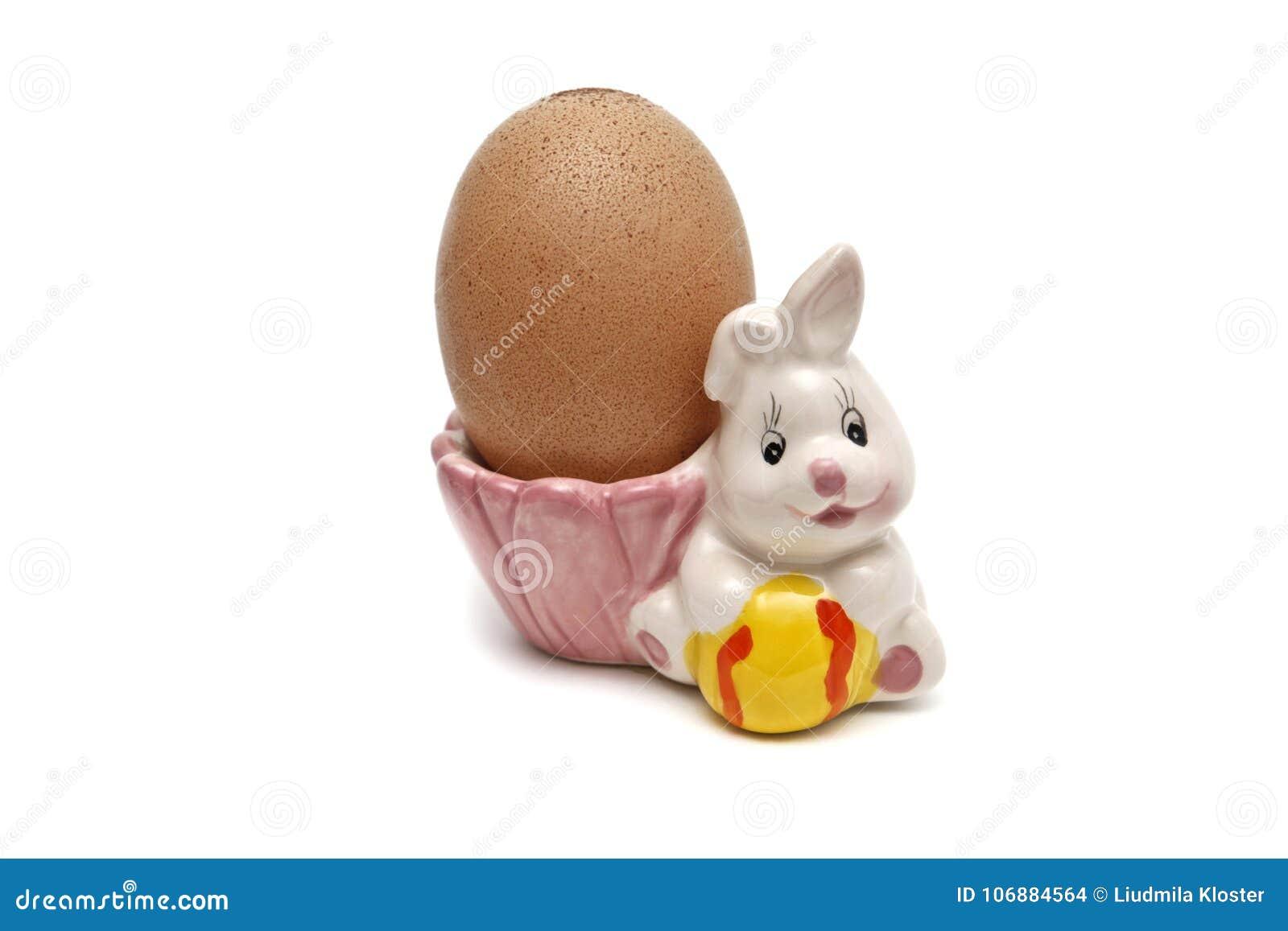Figura festiva de uma lebre com um ovo