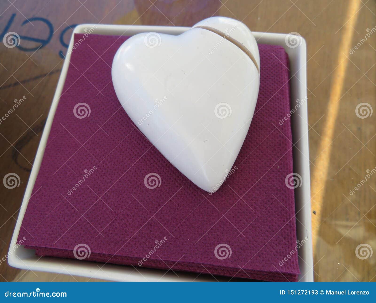 Figura hermosa que simula un blanco quebrado de la porcelana del corazón
