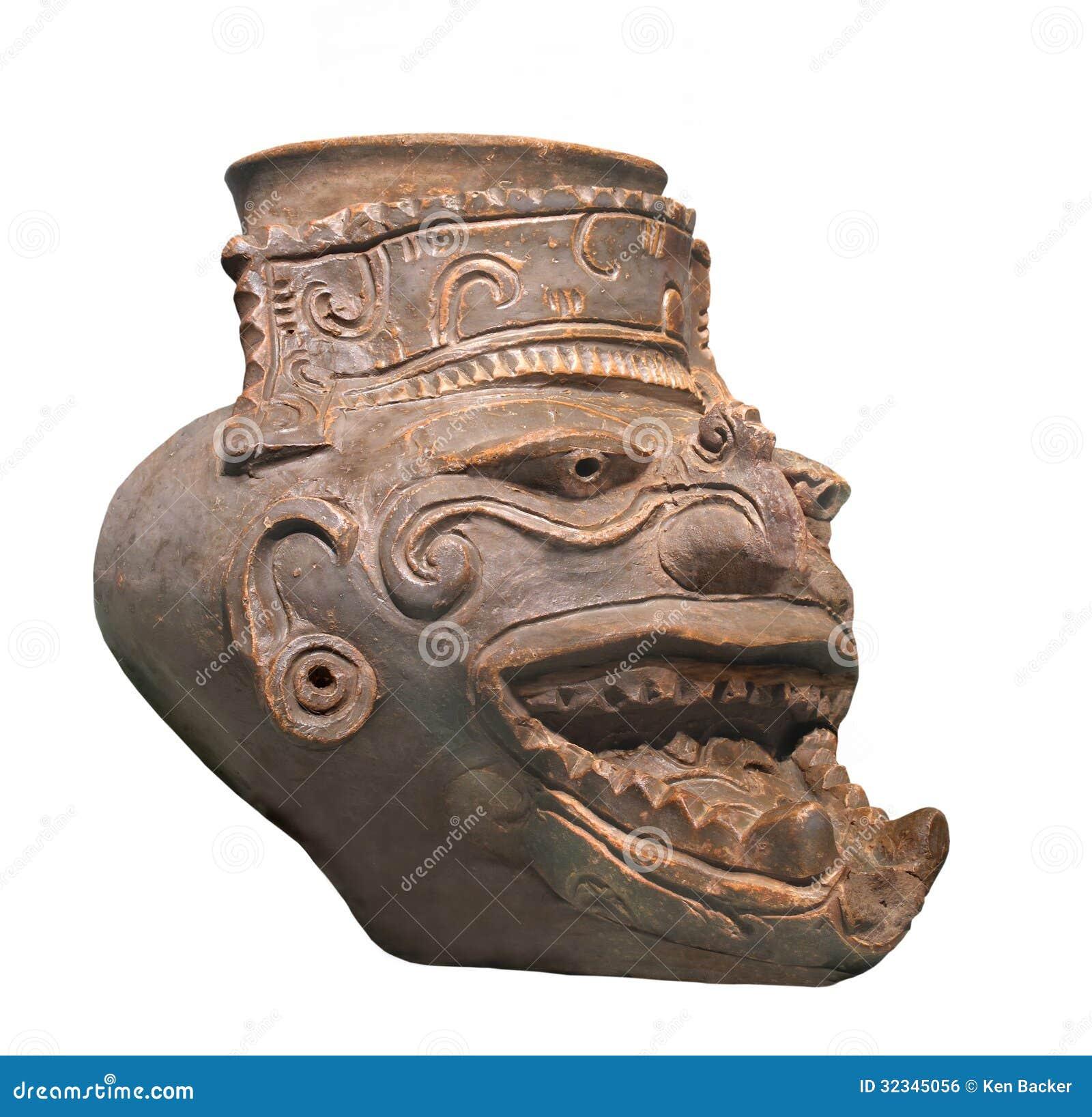 Figura maia antiga do deus do fogo isolada