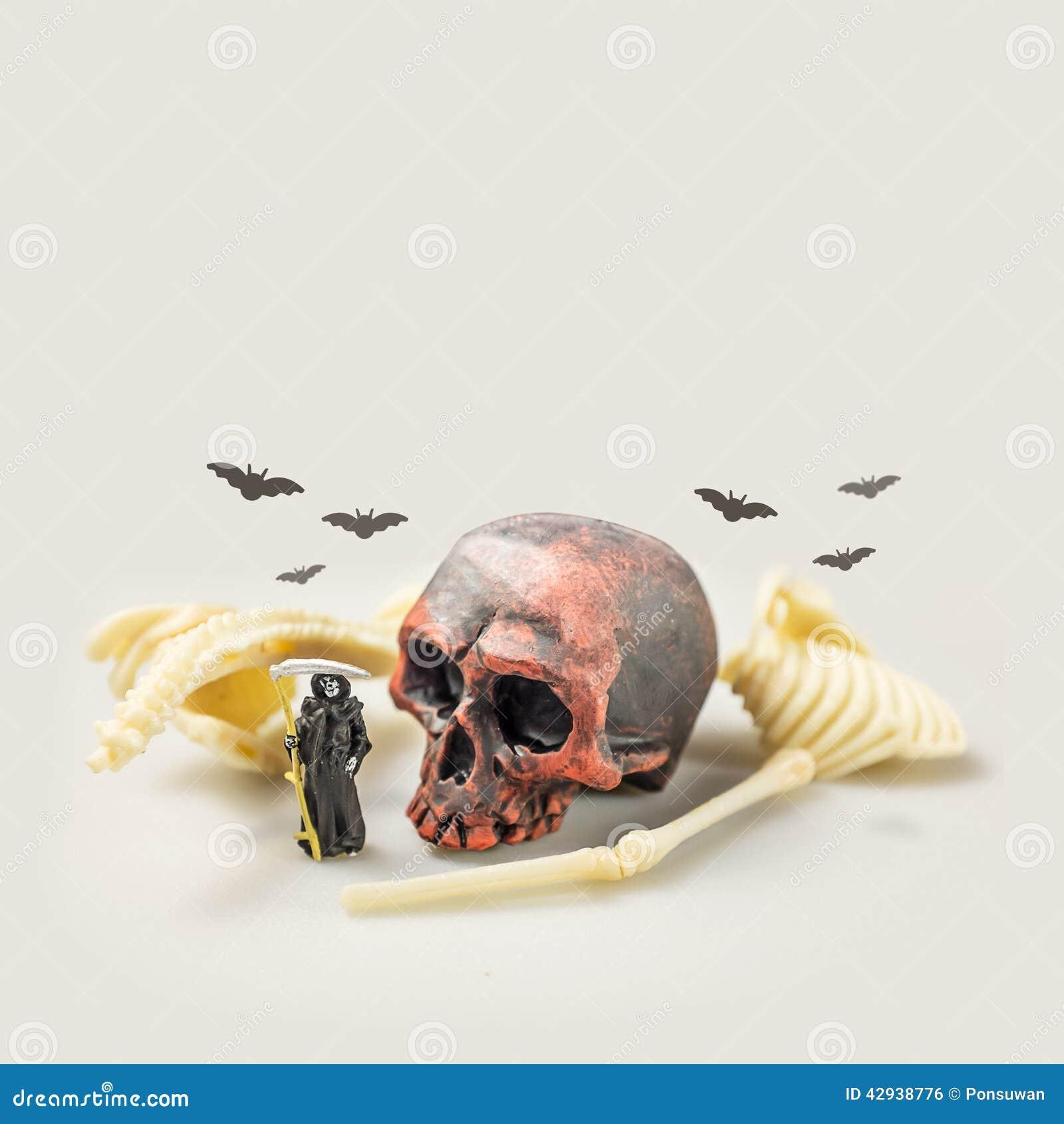 Figura miniatura malvada concepto de Halloween de la idea de la muerte