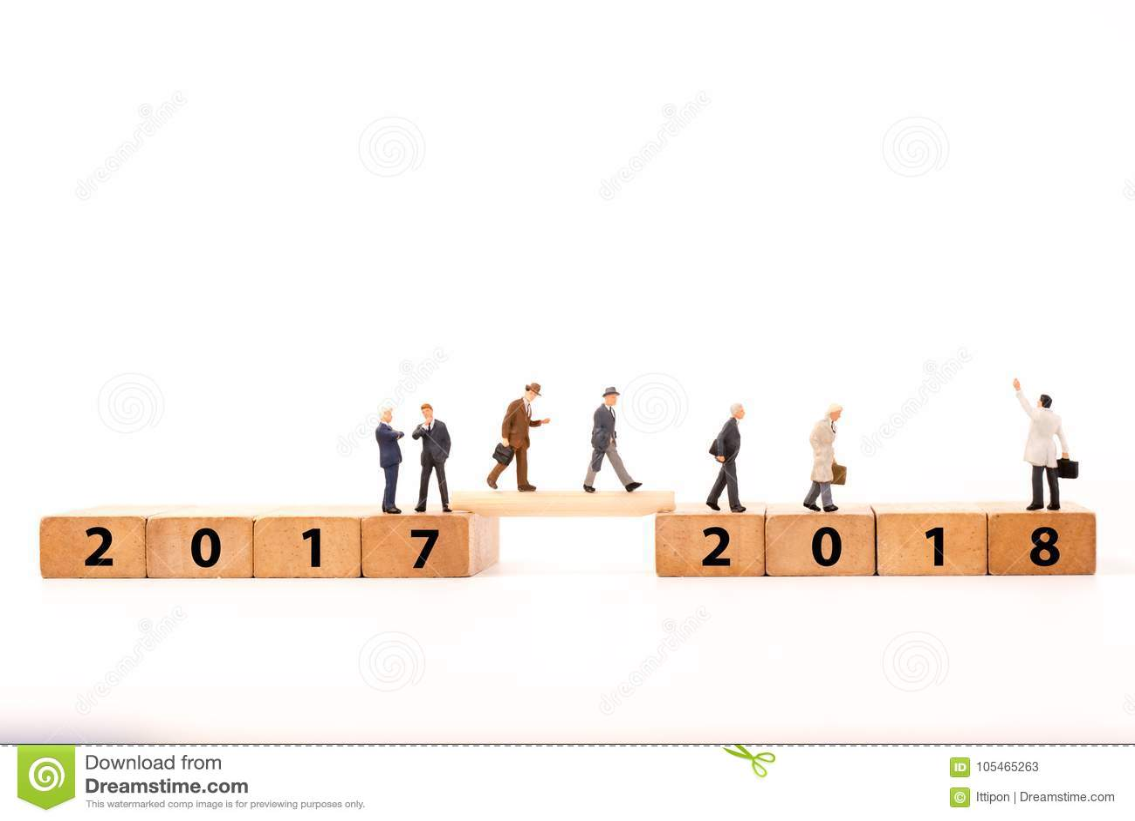 Figura miniatura uomo d affari che cammina sul blocchetto di legno di numero attraverso dal 2017 al 2018