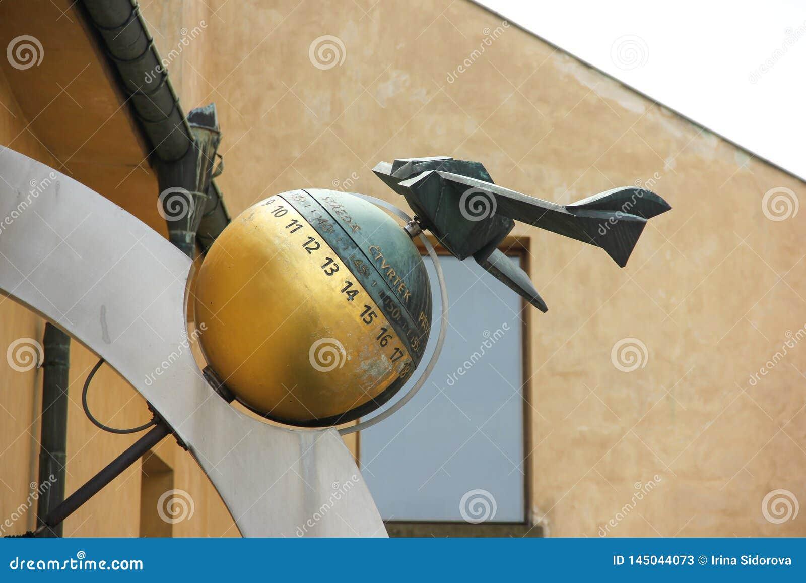 Figura modelo plana na bola com números na rua do castelo de Praga