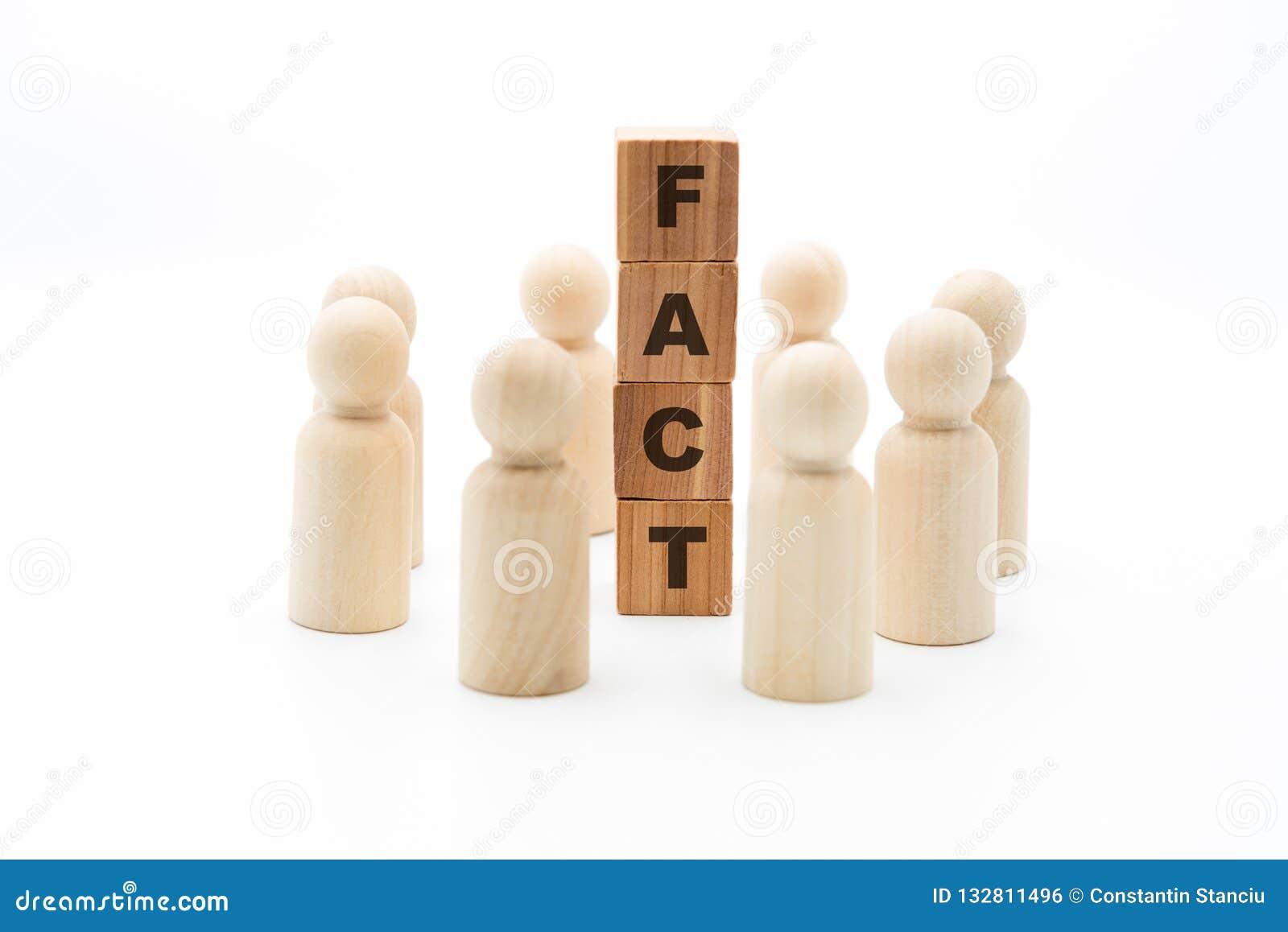 Figuras de madera como equipo del negocio en círculo alrededor de la palabra HECHO