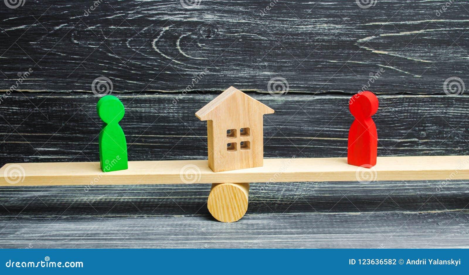 Figuras de madera en las escalas clarificación de la propiedad de la casa, propiedades inmobiliarias corte rivales en negocio com