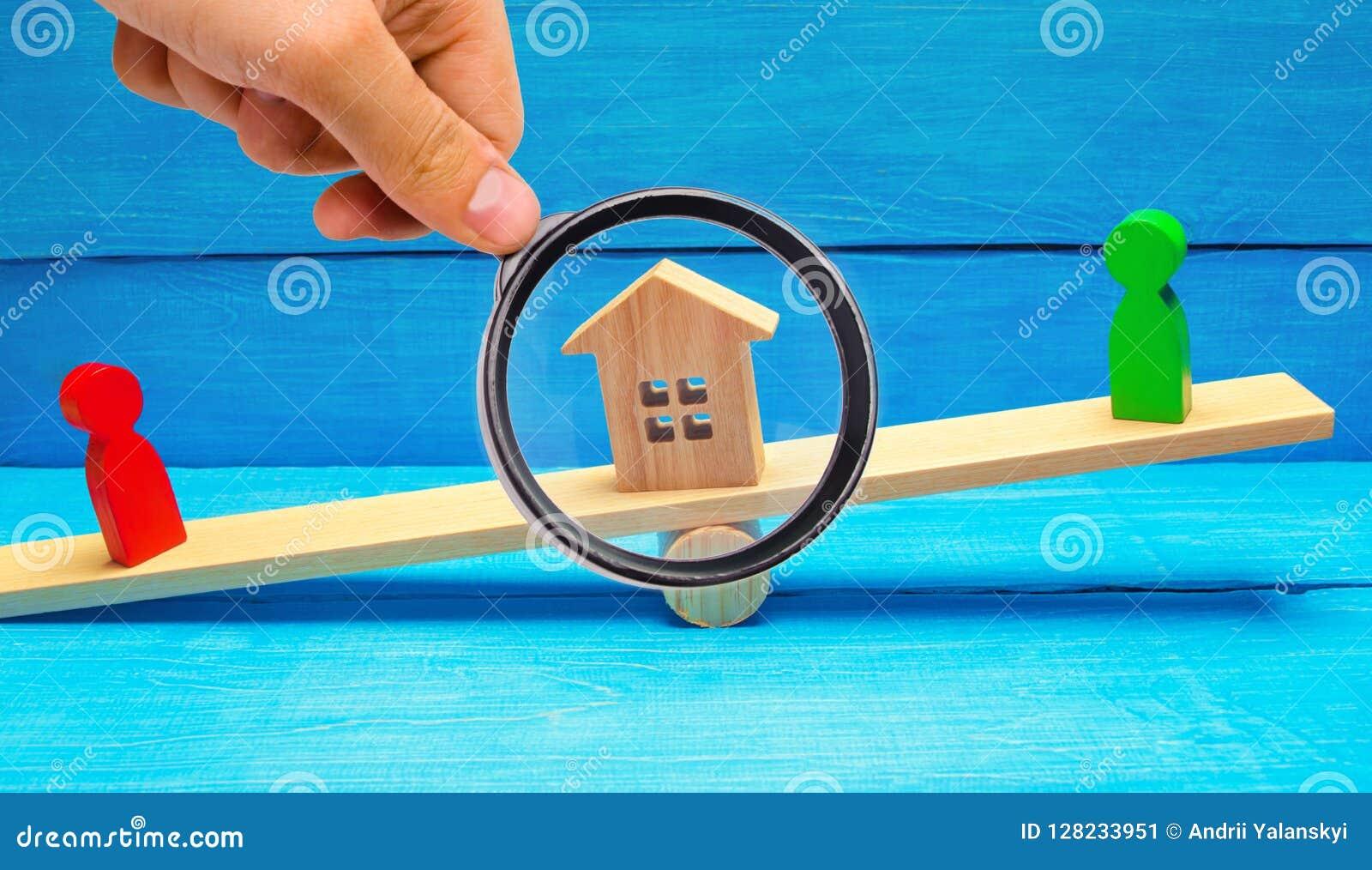 Figuras de madera en las escalas clarificación de la propiedad del