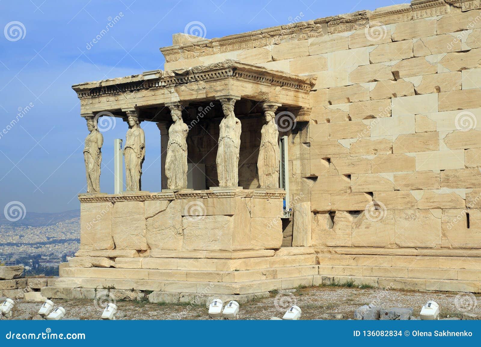 Figuras do patamar da cariátide do Erechtheion na acrópole em Atenas