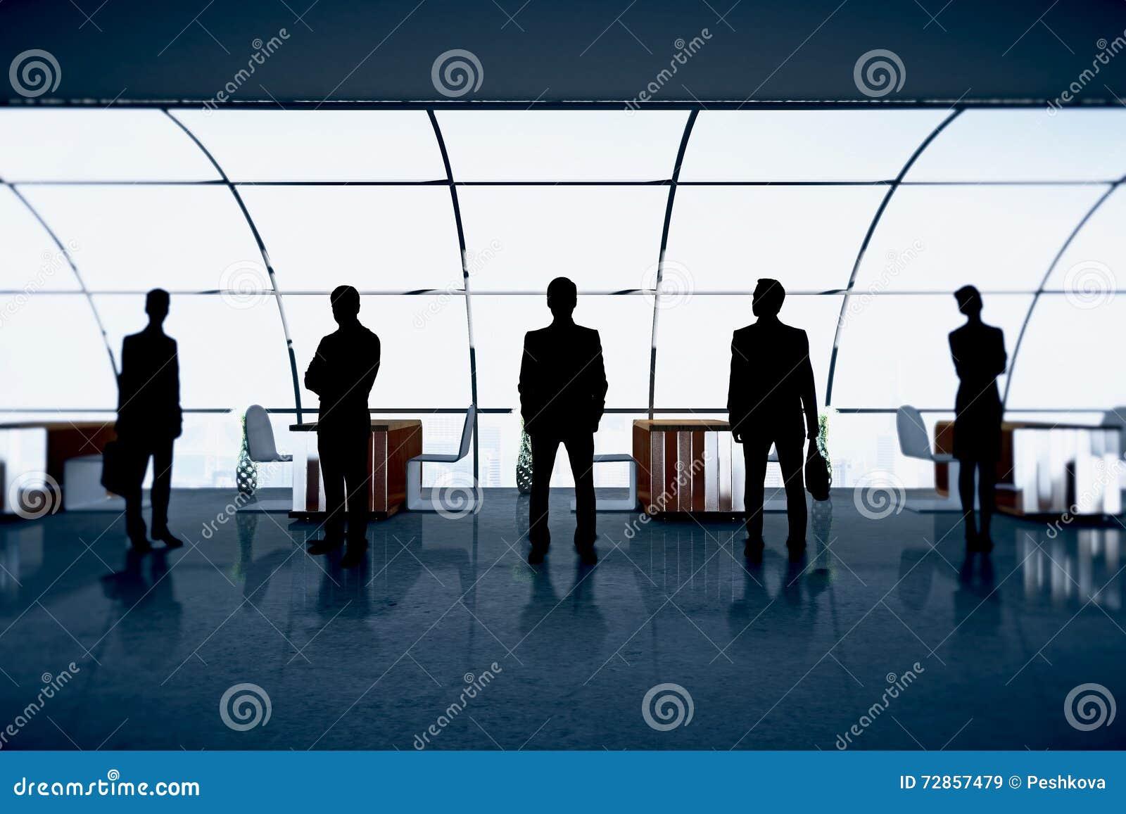 Figuras dos empresários no escritório