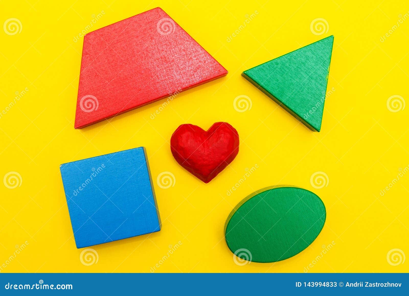 Figuras e coração em um fundo amarelo