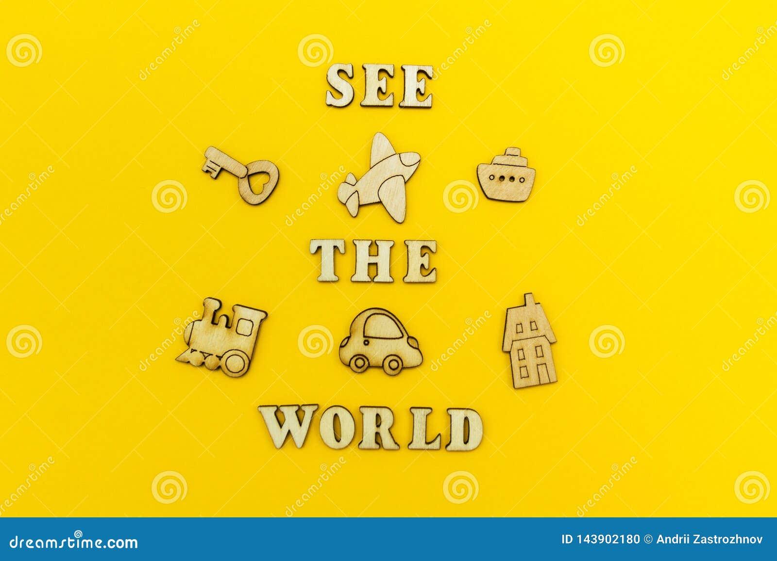 """Figure di legno di un aeroplano, un treno, una nave, un automobile L iscrizione """"vede il mondo """"su un fondo giallo"""