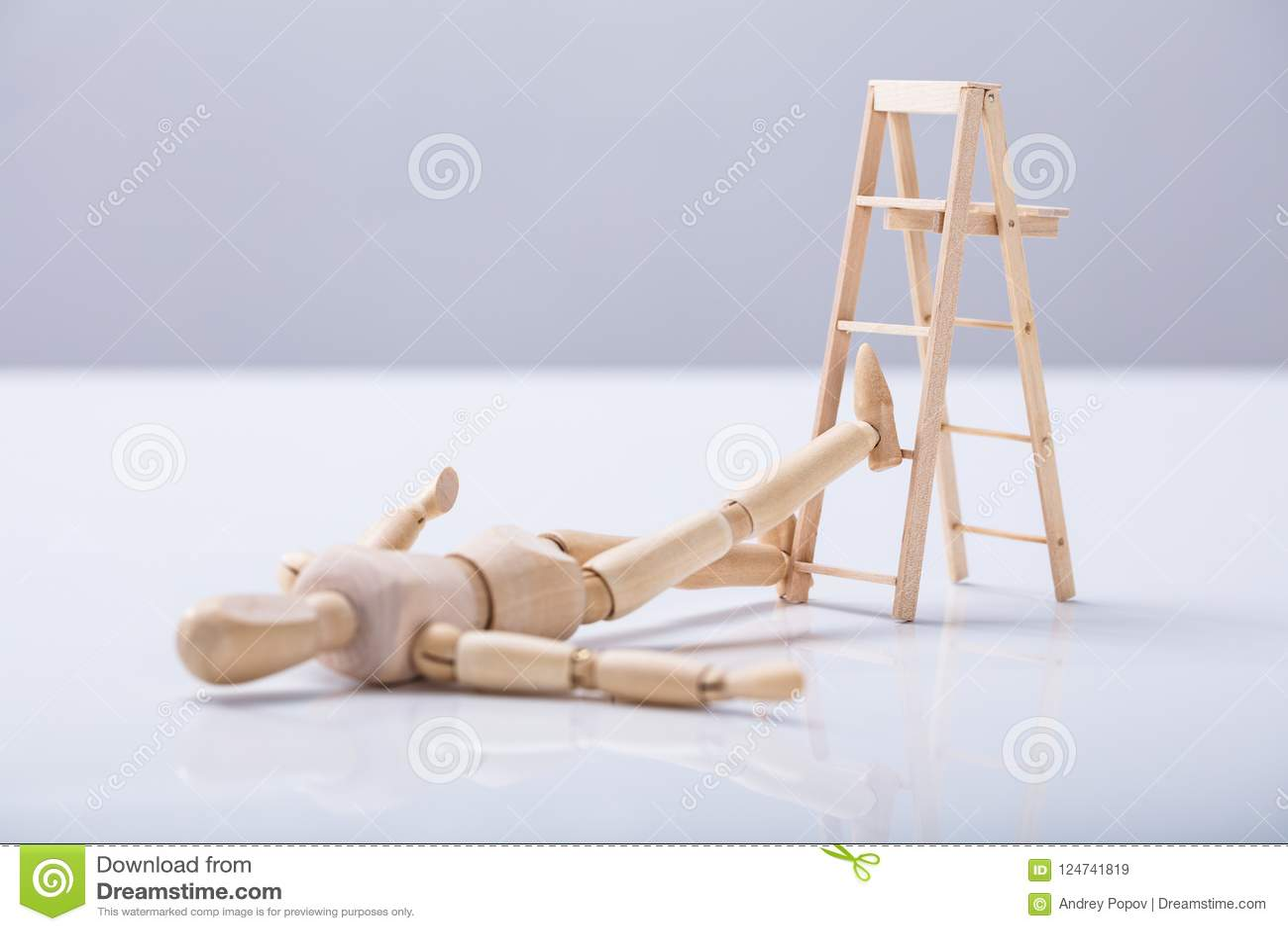 Figure en bois se trouvant sur le plancher