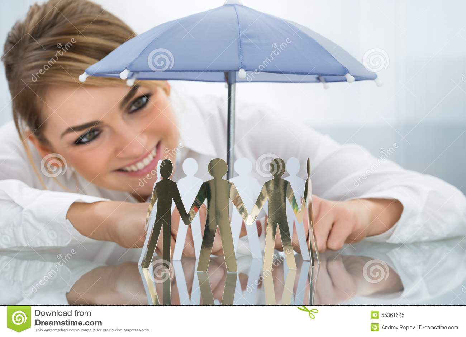 Figure proteggenti del ritaglio della donna di affari con l ombrello