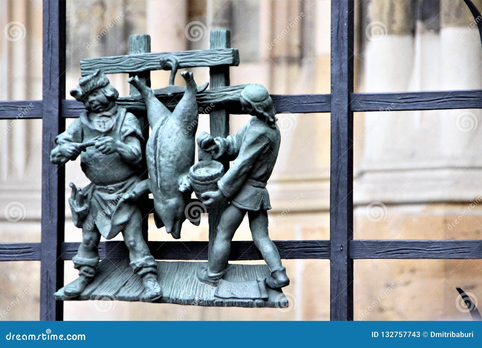 Figures des artisans, verrat de radedelivayuschih, sur le trellis de la cathédrale de St Vitus à Prague