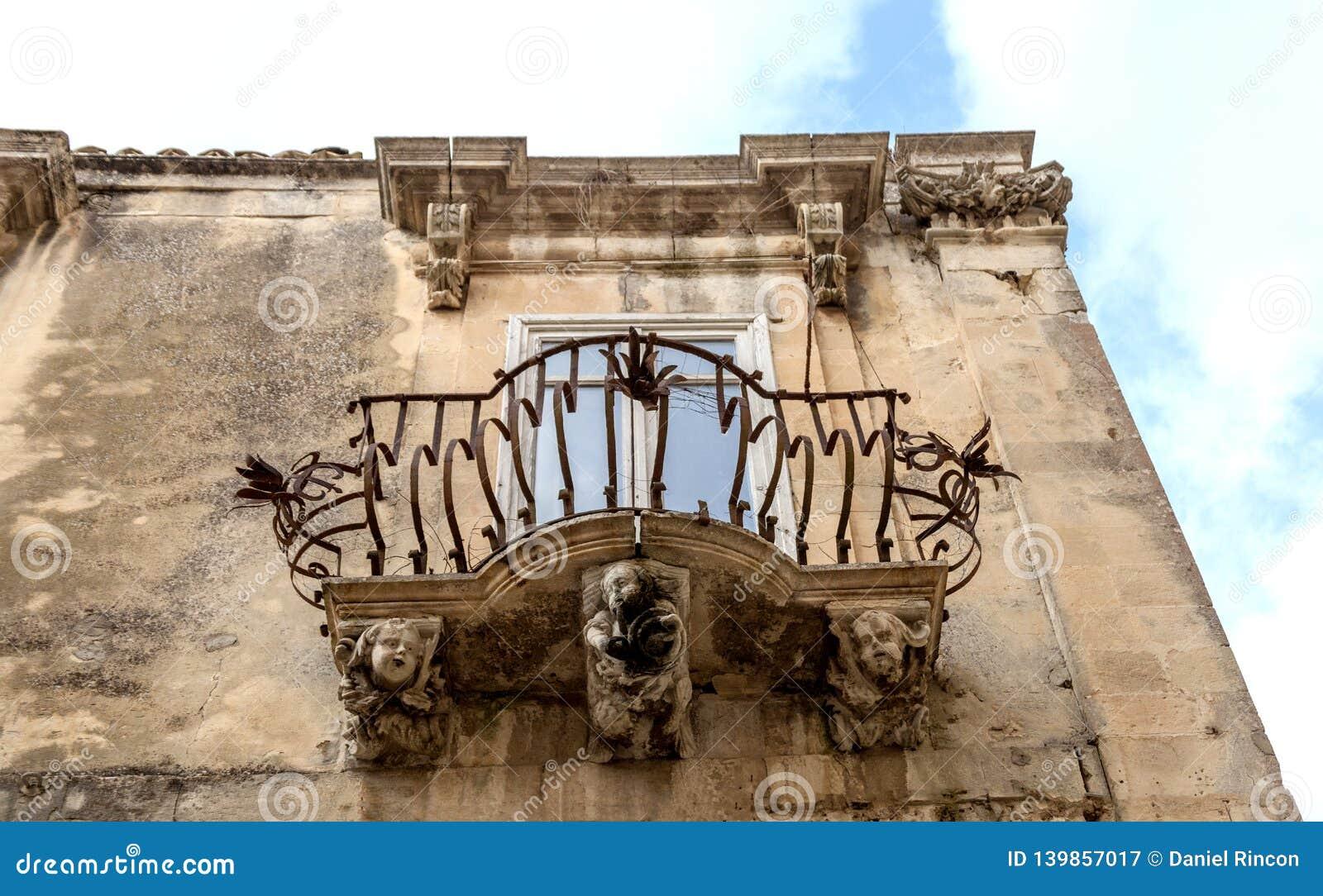 Figures en pierre anthropomorphes sous le balcon du palais de Rocca de La Raguse Ibla Sicile Italie