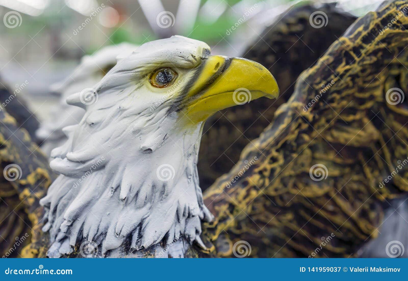 Figurilla de cerámica del águila calva en una tienda de souvenirs