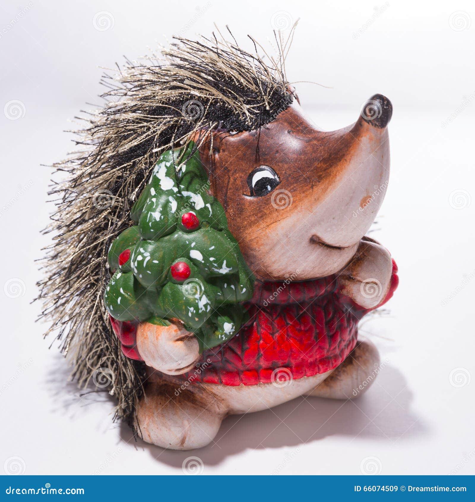 Figurilla de un erizo en suéter rojo de la Navidad con un Christma
