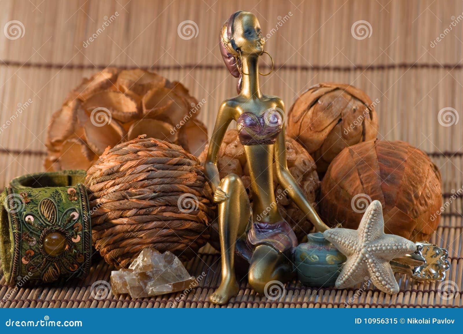 Figurilla india de la mujer en fondo de madera