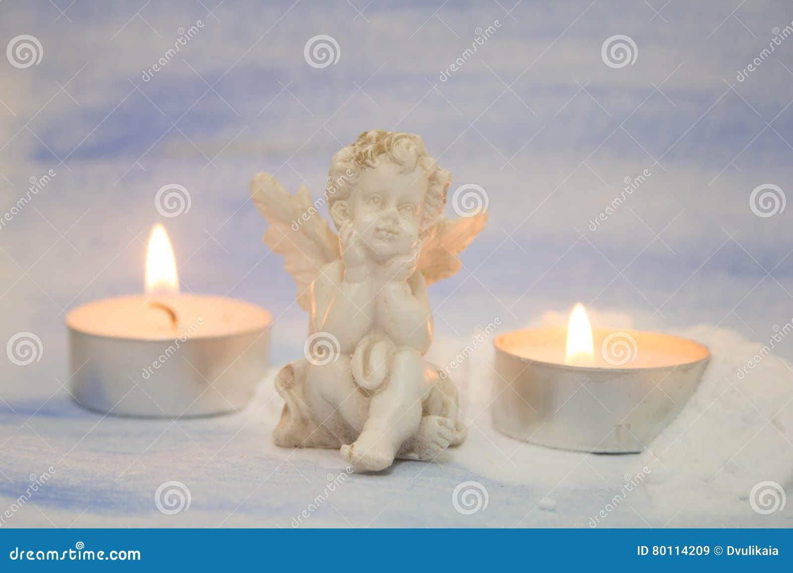 Decorare Candele Bianche : Figurina e candele bianche di angelo immagine stock immagine di