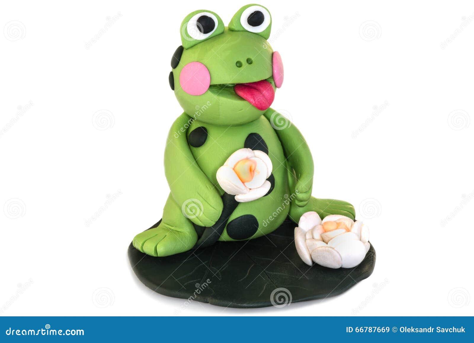 Figurine лягушки сделанный из глины полимера на белой предпосылке