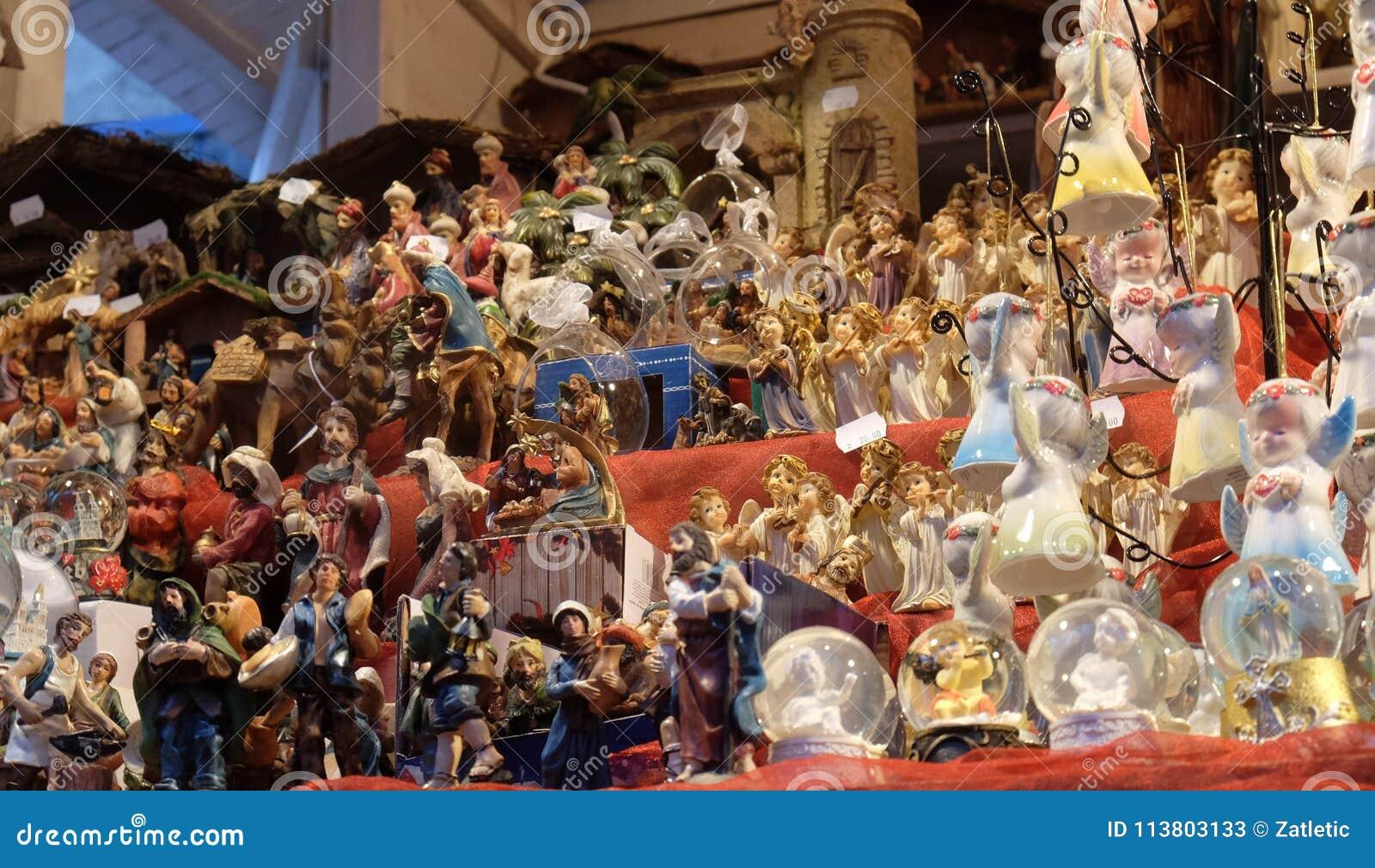 Figurine décorative sur la stalle avec des décorations pendant des vacances d hiver au marché annuel traditionnel de Noël à Zagre