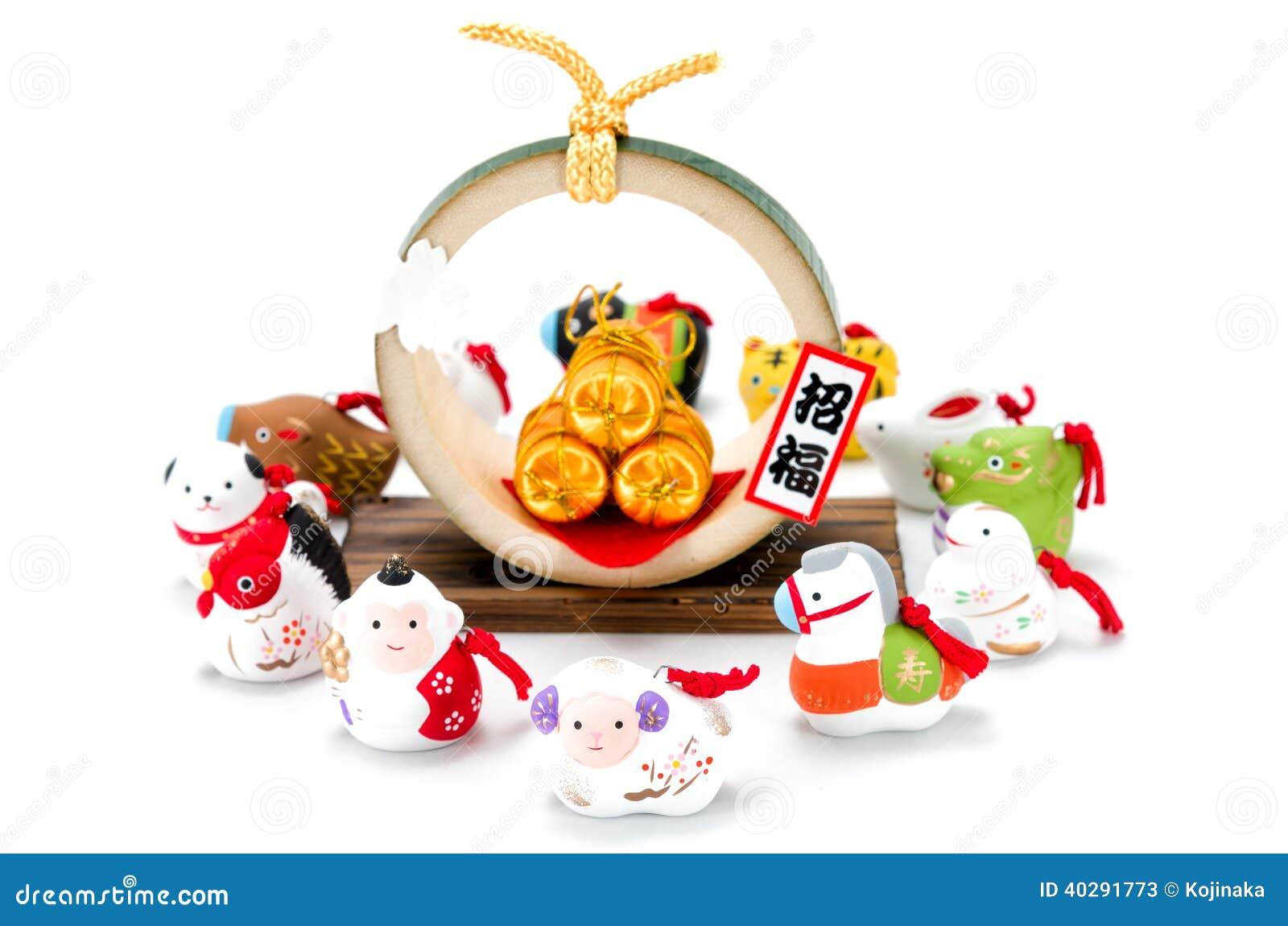 Figurines зодиака и 3 золотых сумок риса соломы.