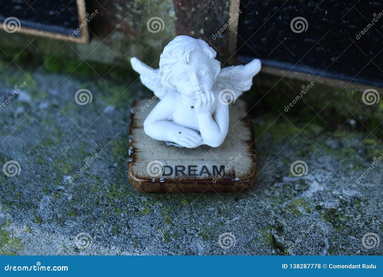 Figurka z marzycielka aniołem