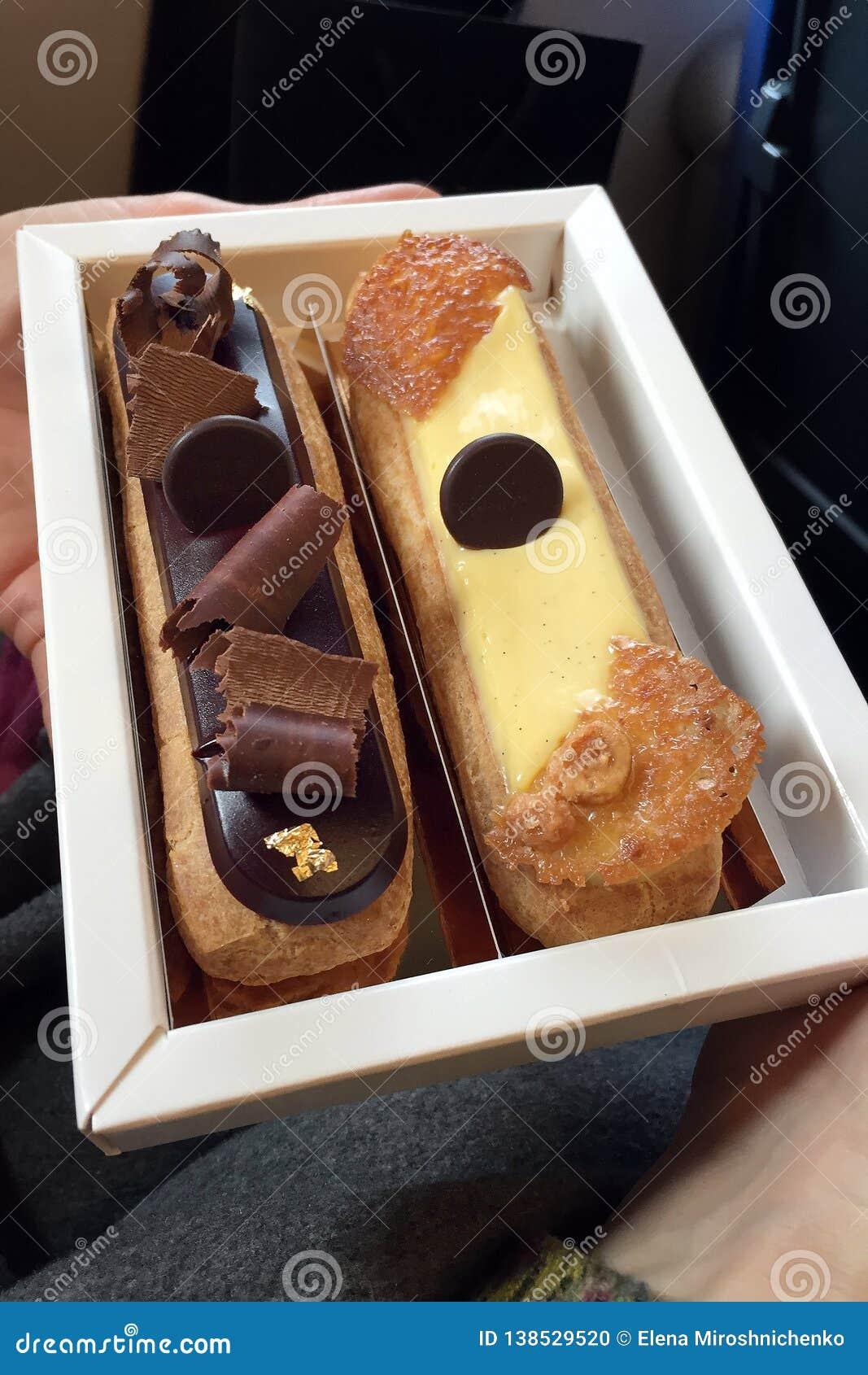Fije de dos eclairs de las tortas de caramelo blanco de la leche de diversos gustos y de chocolate browny negro, muy sabroso y ap