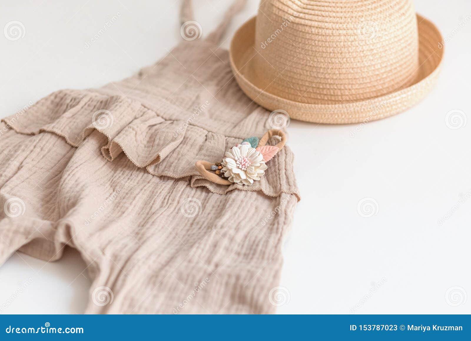 Fije de la ropa de los niños del verano para la muchacha Aislado, espacio de la copia Traje del mameluco, sombrero de paja y acce