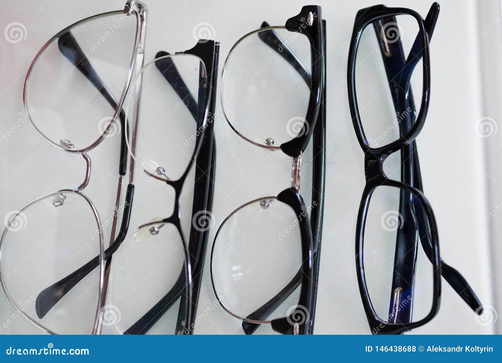 Fije de los vidrios para la visión, en diversos marcos para todos los casos