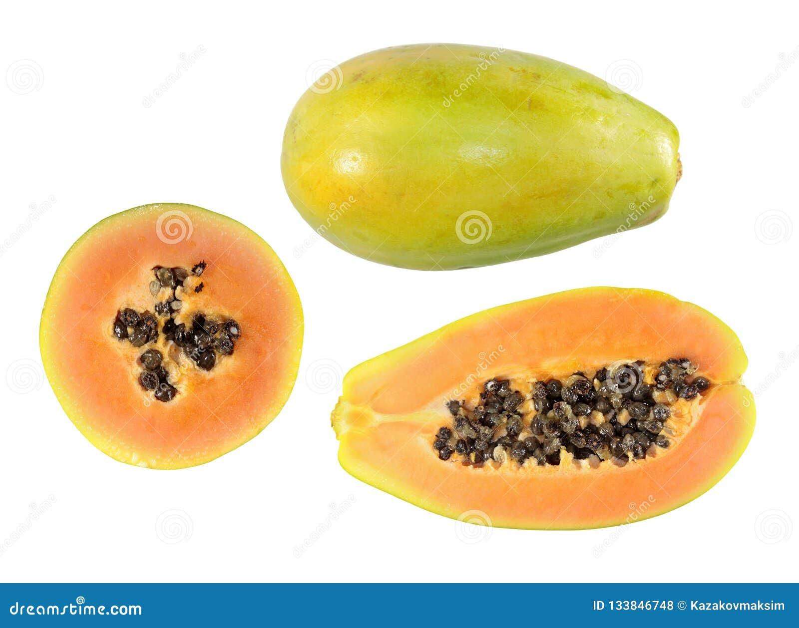 Fije de medio corte y de las frutas enteras de la papaya aislados en el fondo blanco