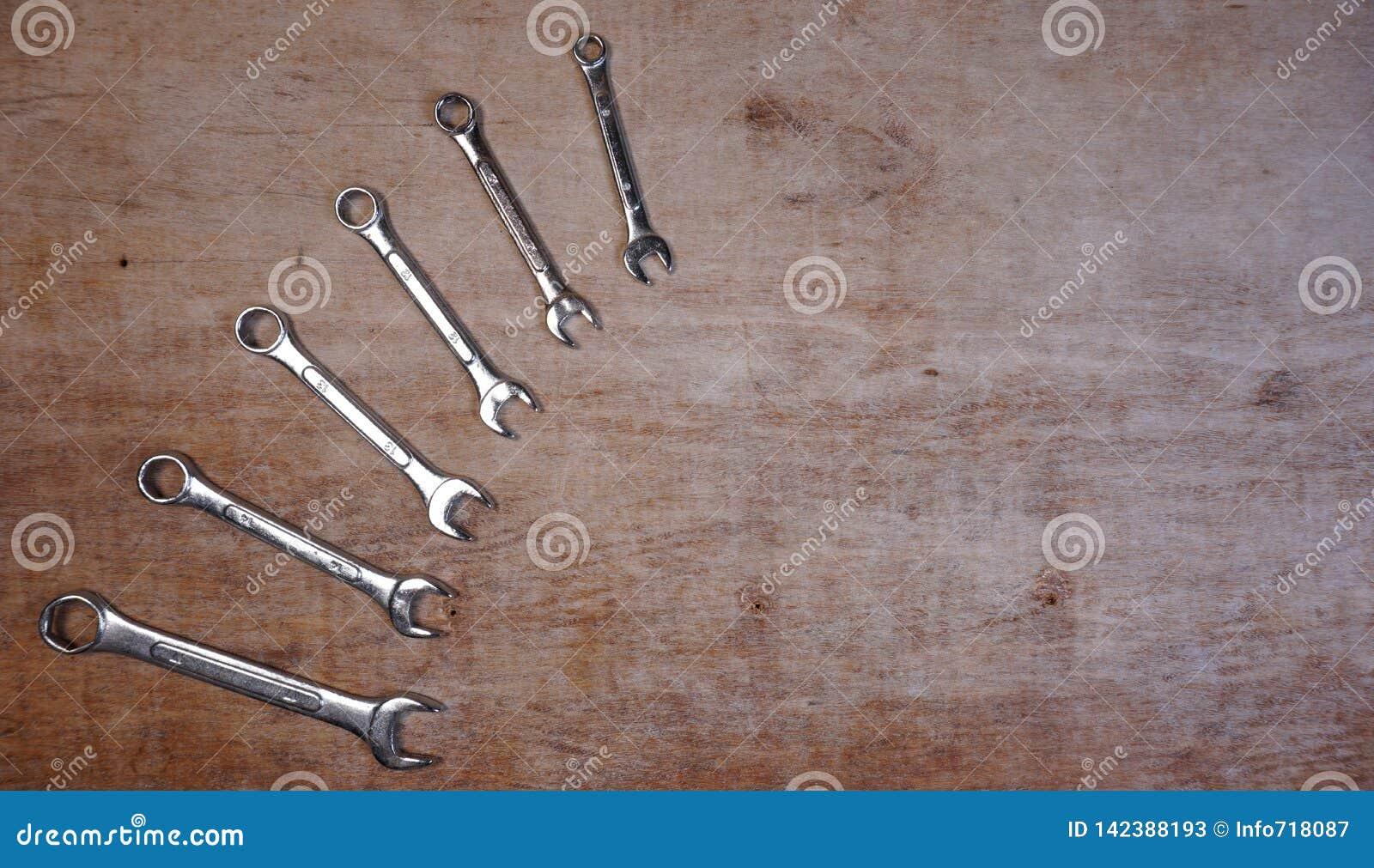 Fije de sistema aislado las herramientas mecánicas del zócalo de la variedad en un fondo de madera con el espacio de la copia par