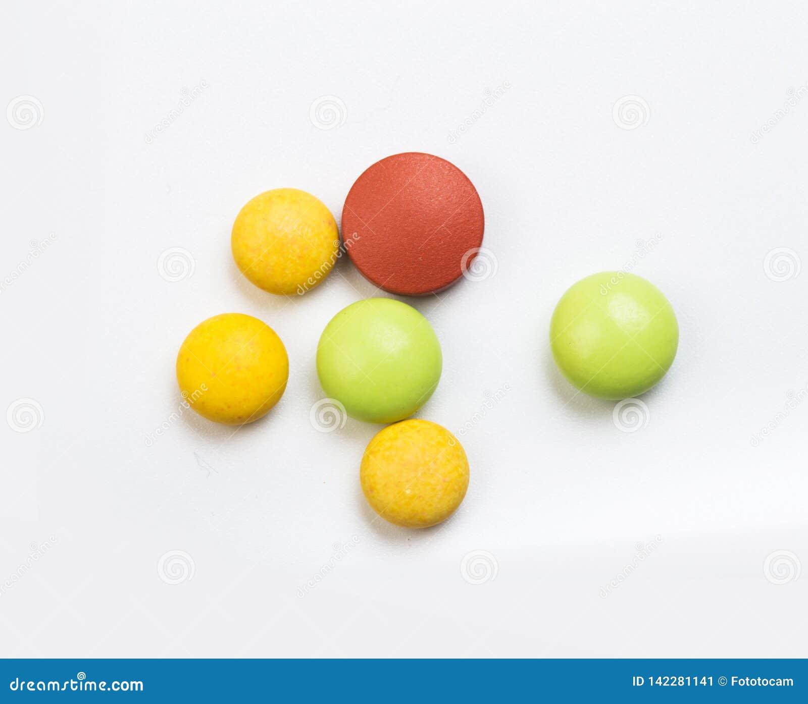 Fije de tabletas multicoloras en un fondo blanco