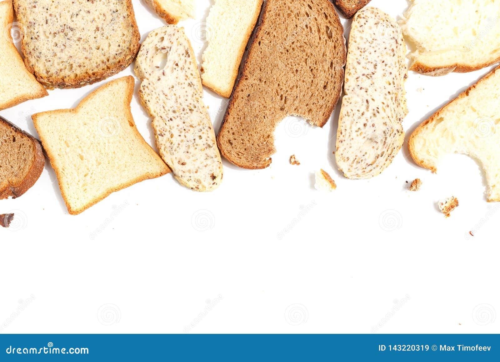 Fije de varias rebanadas de diverso pan en un fondo blanco