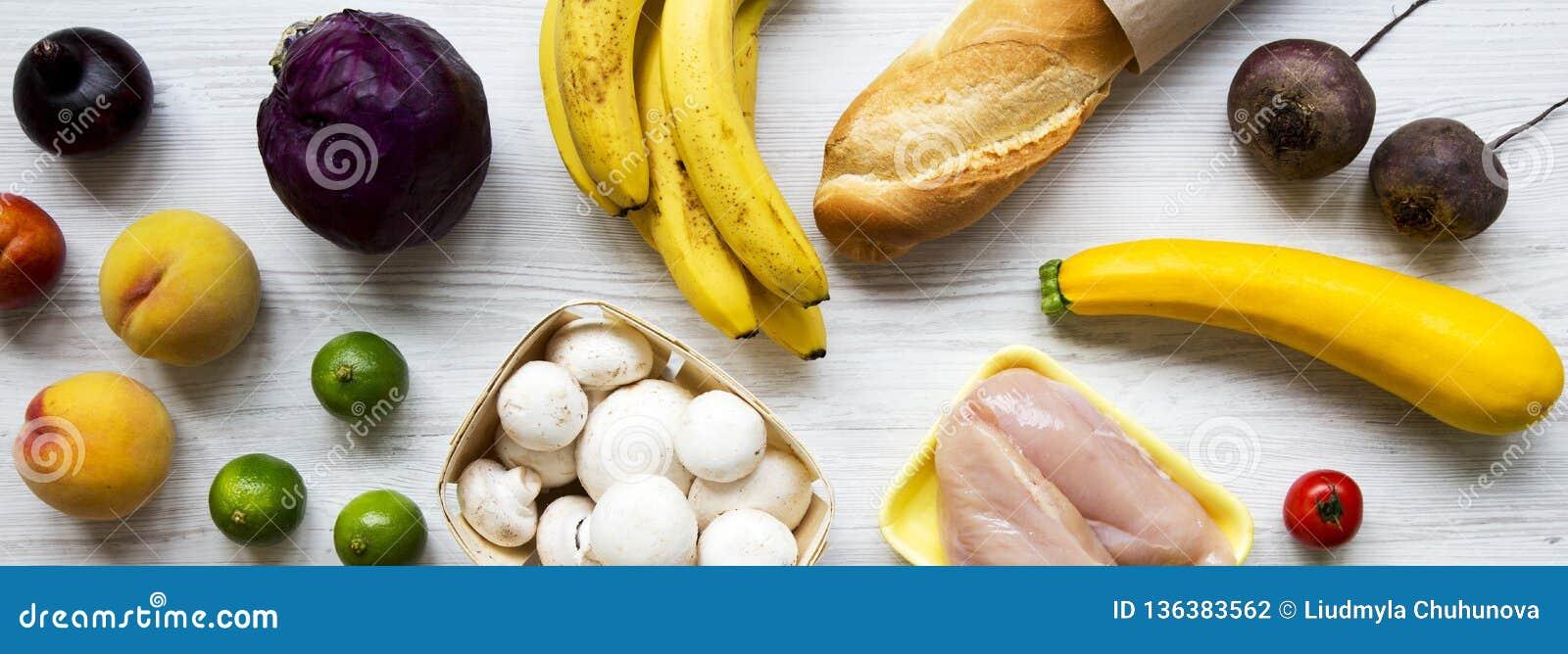 Fije del diverso alimento biológico en el fondo de madera blanco, visión de arriba Cocinar el fondo de la comida Concepto de la c