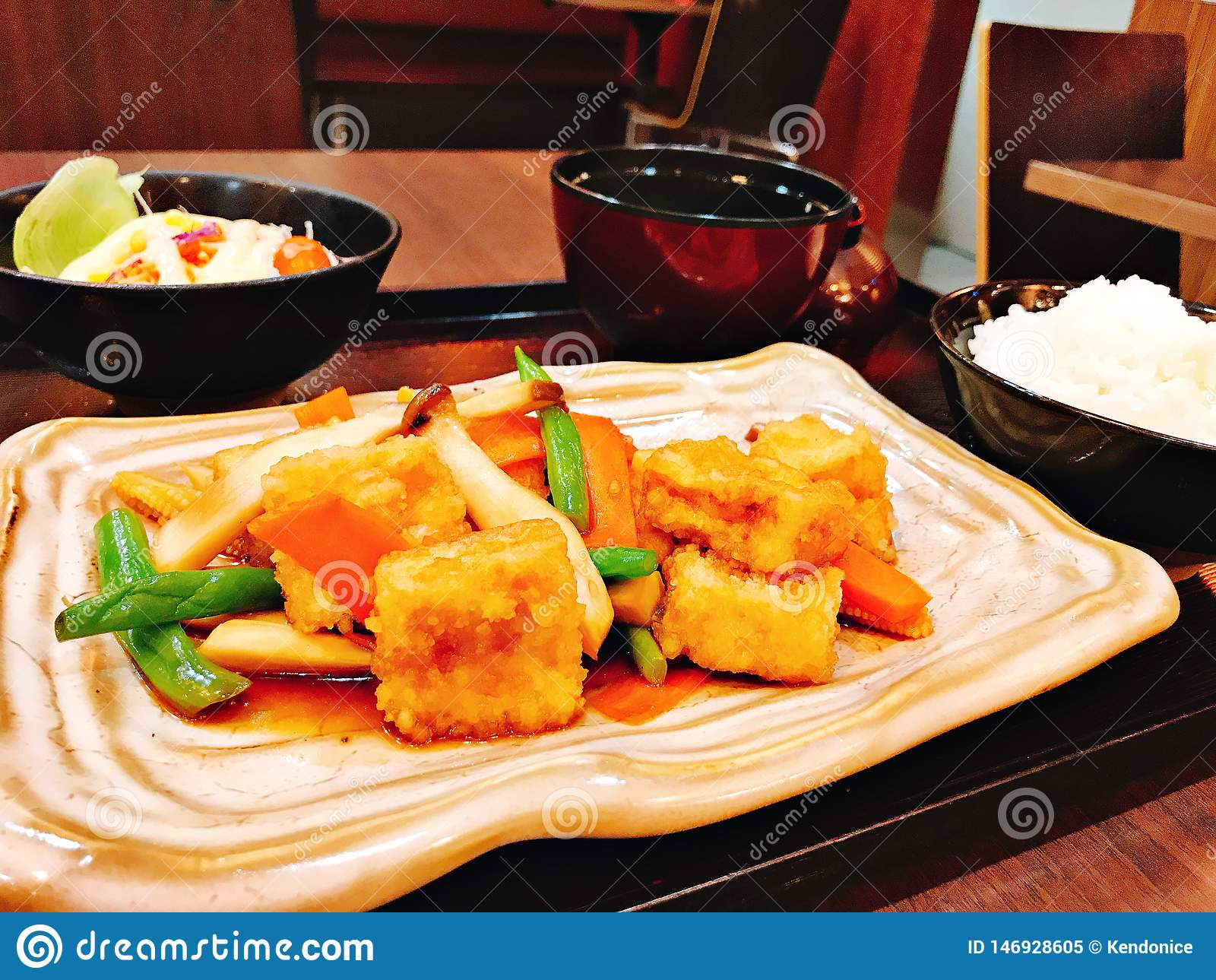 Fije Stir fried mezcló verduras con el queso de soja frito