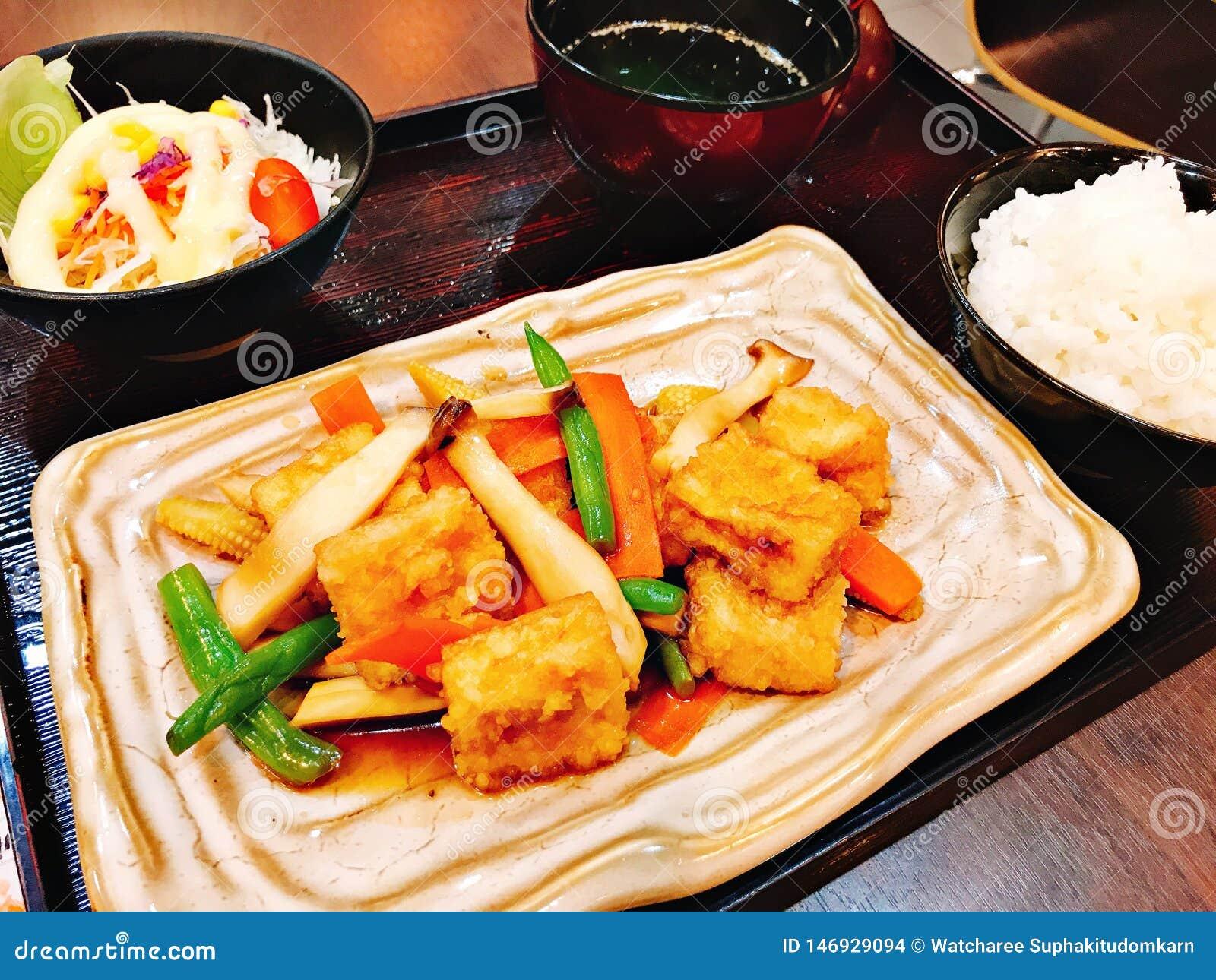 Fije Stir fried mezcl? verduras con el queso de soja frito