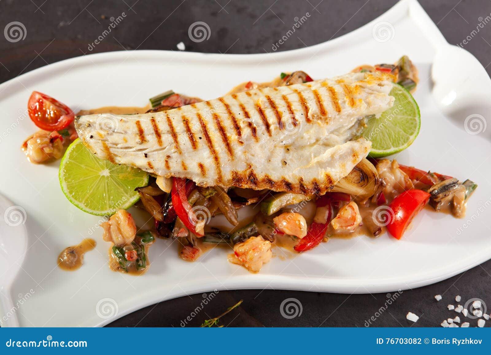 Filé av seabassen med grönsaker