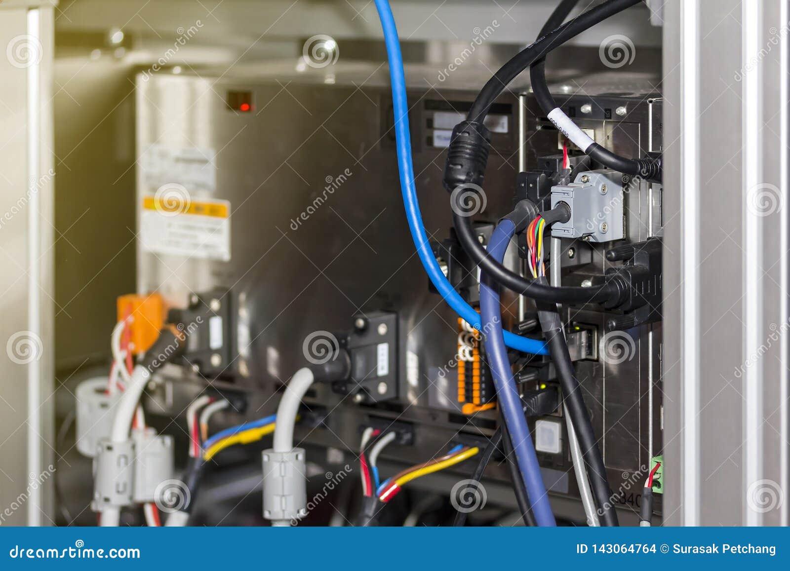 Fil Electrique Relie Au Posterieur De La Boite De Controle D Ordinateur Pour La Machine Industrielle Photo Stock Image Du Boite Ordinateur 143064764
