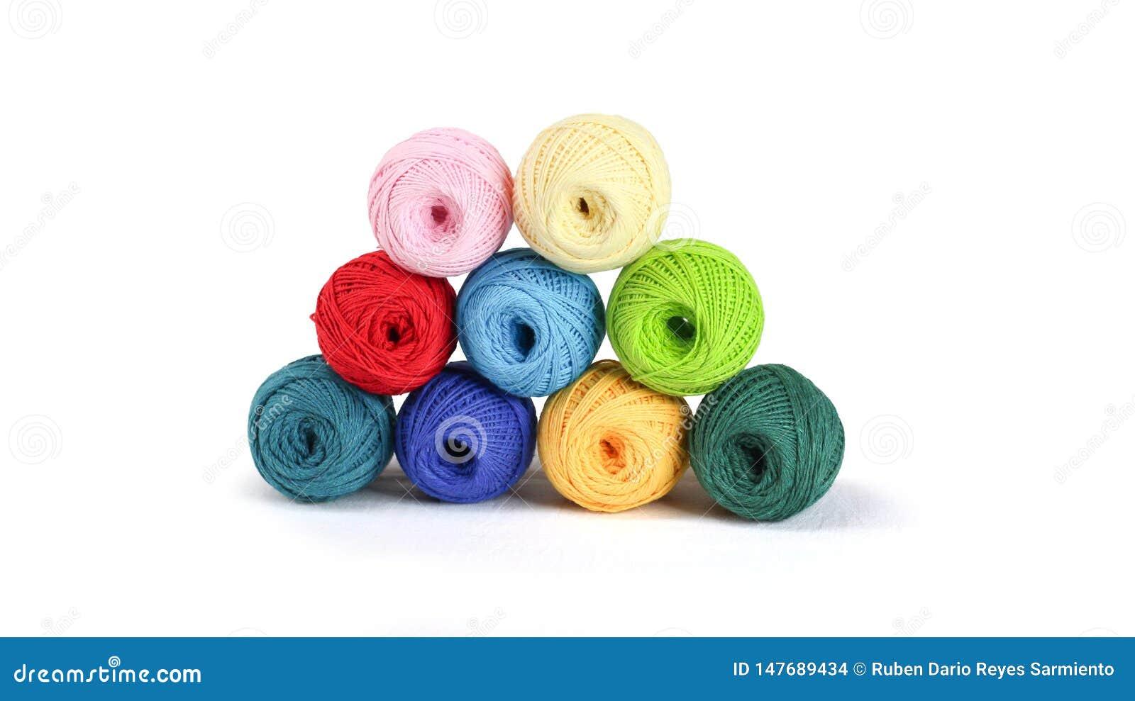 Fil coloré pour tricoter, boules des fils de coton de différentes couleurs