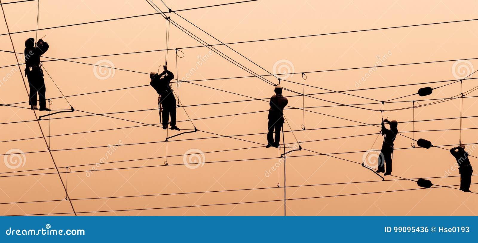 Fil de contact de réparation d électriciens au coucher du soleil