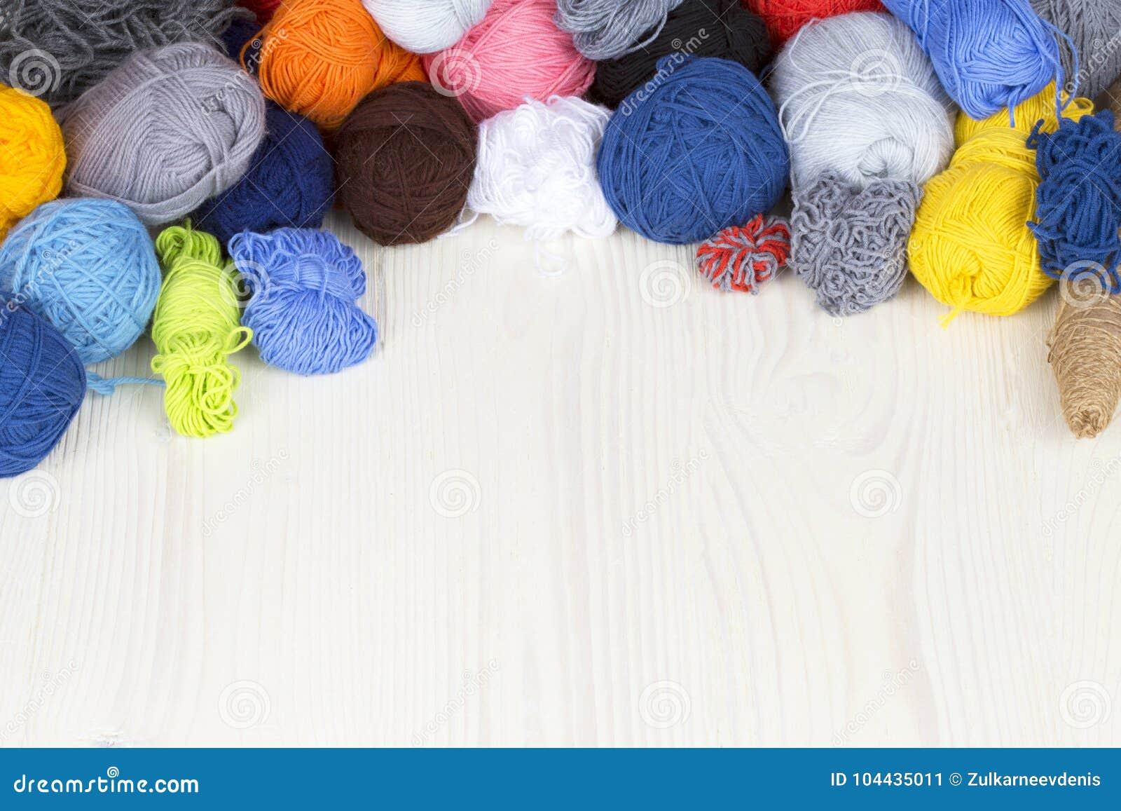 Fil de différentes couleurs dans les embrouillements sur les WI en bois légers d une surface