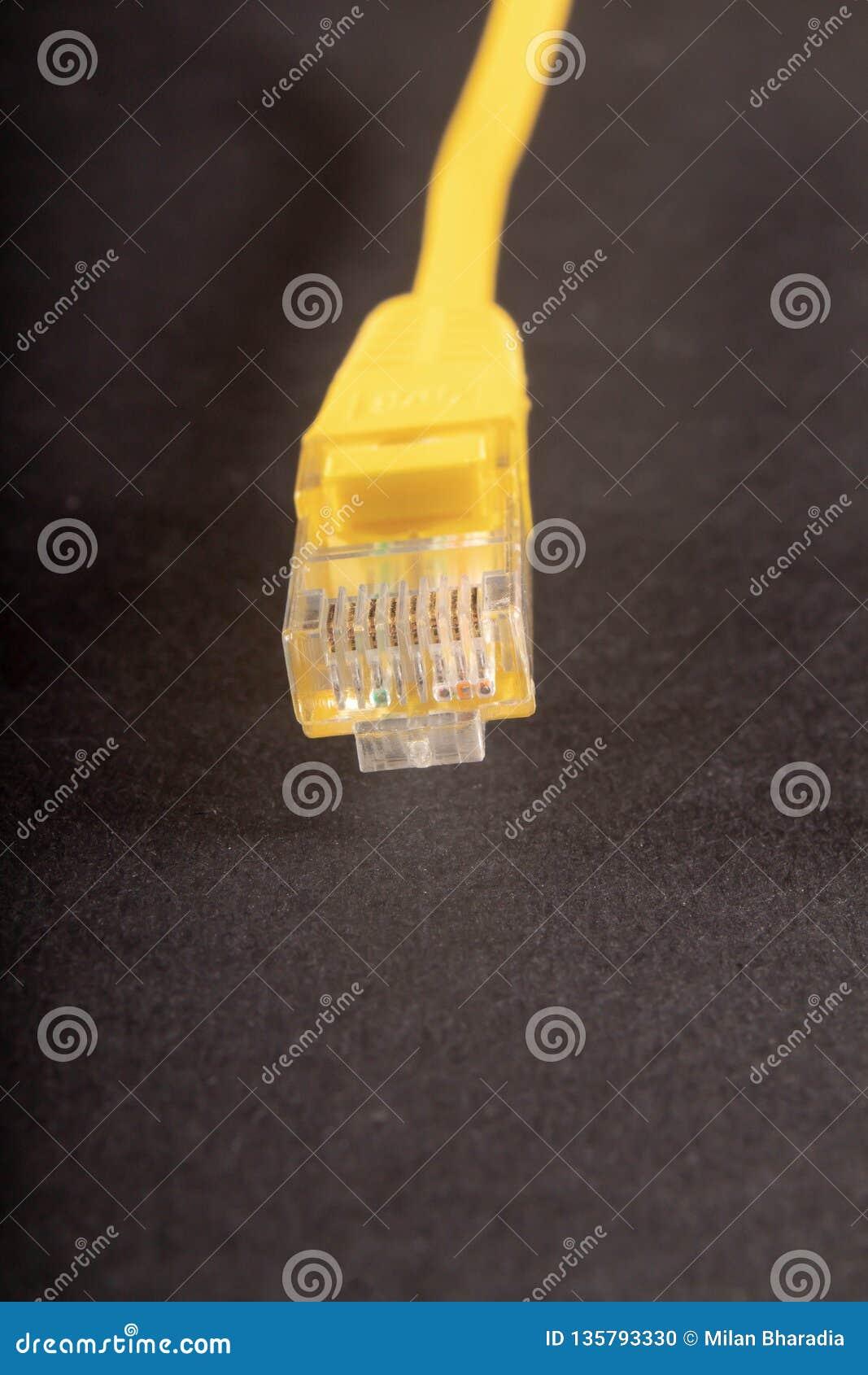 Fil jaune de LAN sur le fond blanc