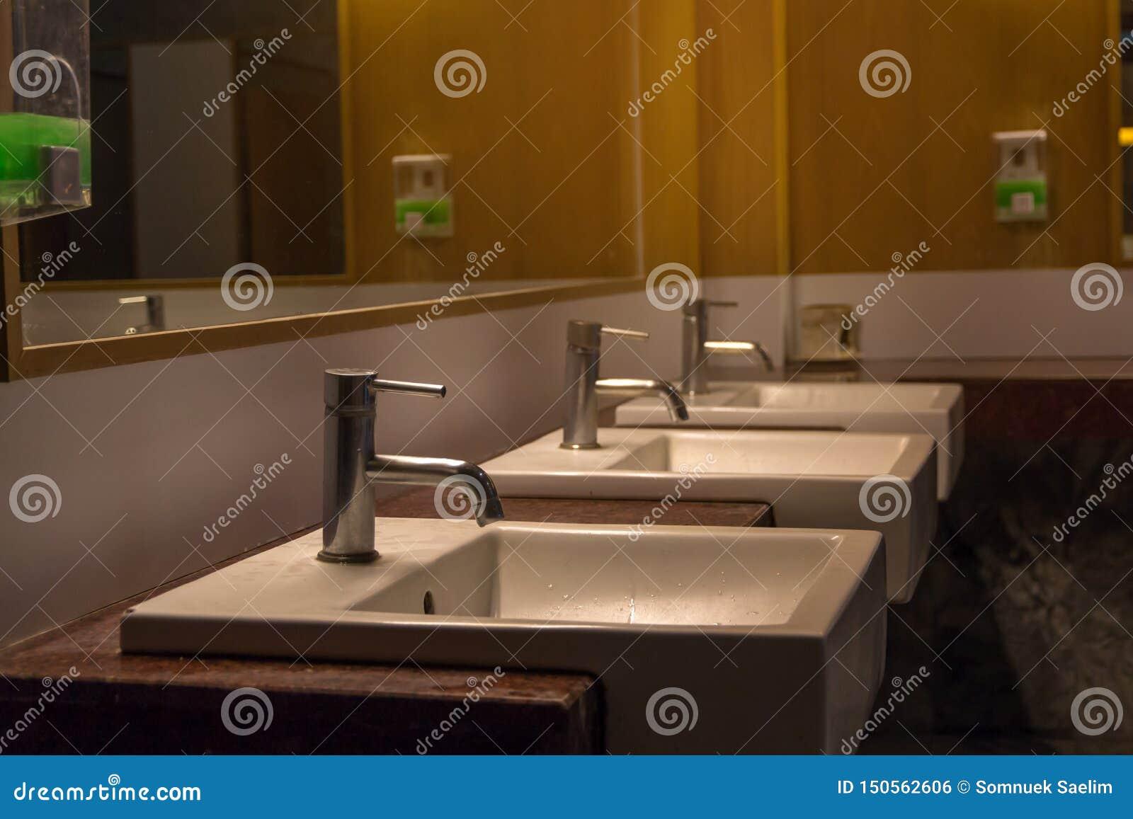 Fila blanca del cuenco de lavado en el interior moderno del lavabo, fondo del lavabo