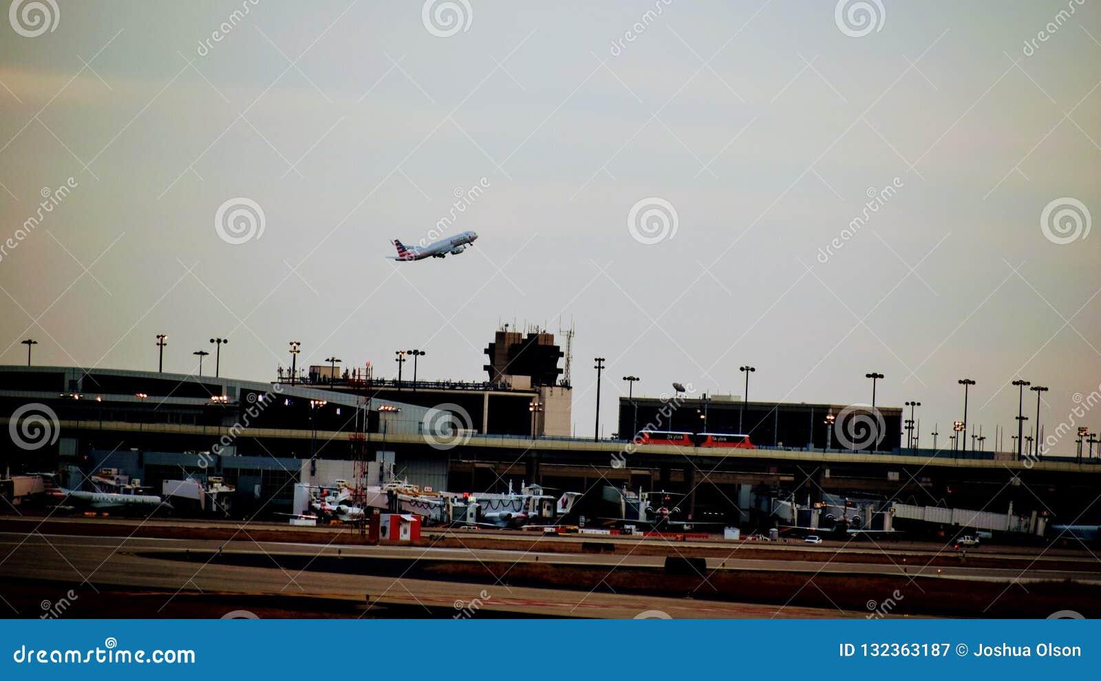 Fila de aeroplanos en un terminal de aeropuerto