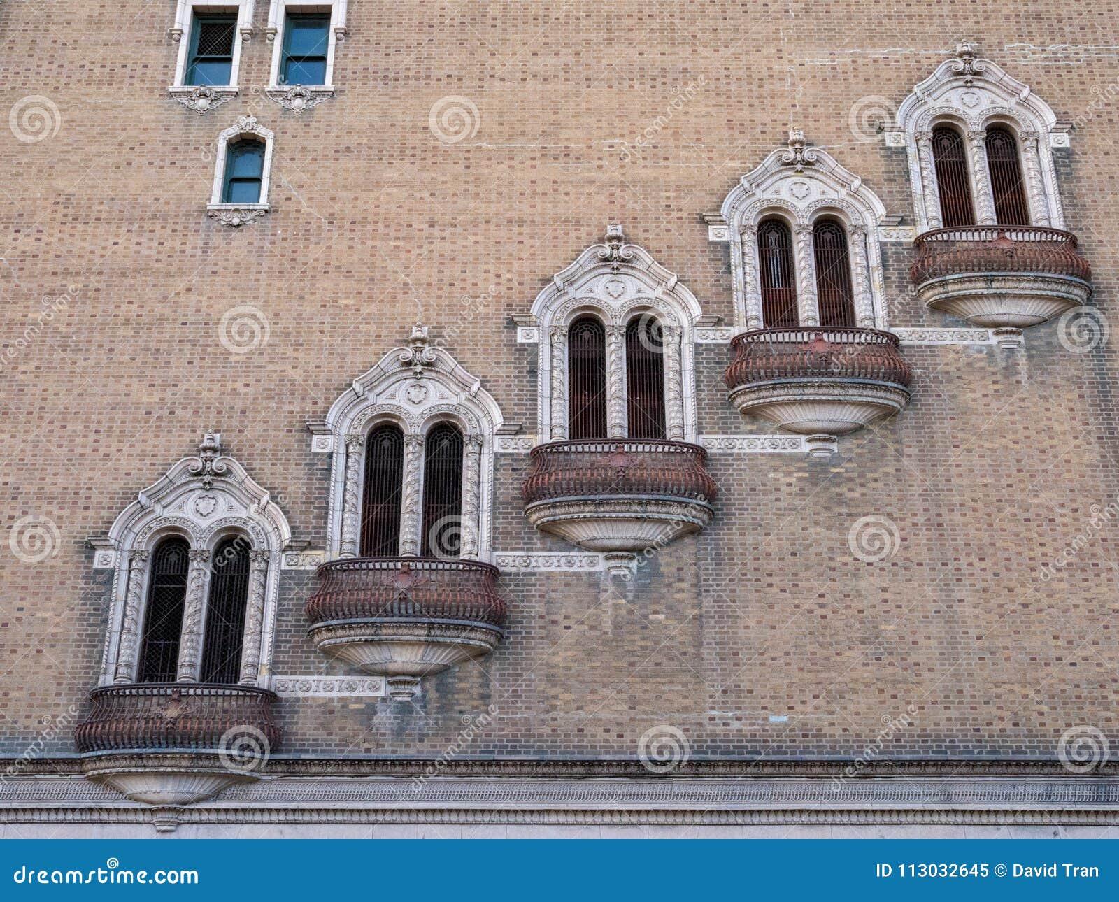 Fila de balcones escalonados, oxidados, al aire libre