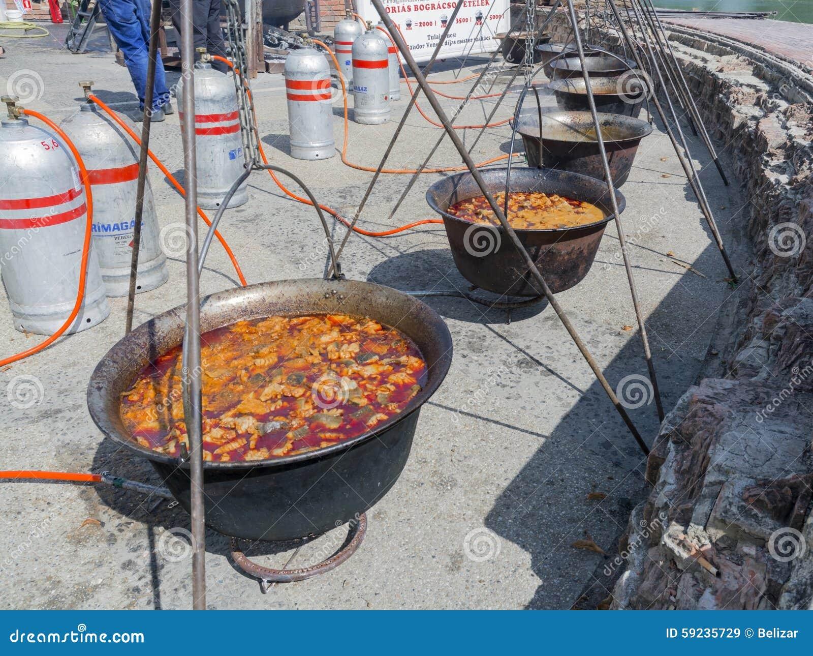 Fila de calderas de la sopa de los pescados